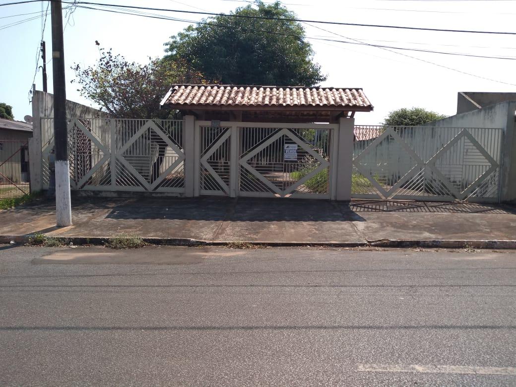 Casa, em Amplo Terreno, no Centro de Jardim!